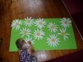 Katrs bērns uztaisa pīpeni, ko uzlīmēt pļavā