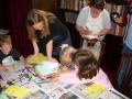 Šodien Anglijā ir Tēvu diena. Bērni zīmē kartiņas, ko dāvināt tēviem.