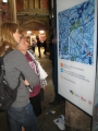 Sabīne un Ārija pēta Bristoles pilsētas plānu