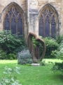 Skulptūra katedrāles dārzā