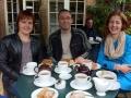 Gunita, Normunds un Sabīne pēcpusdinas tējas un kūku pauzē