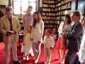 Pirms dievkalpojuma prāvests paskaidro kristību kārtību krustvecākiem