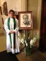 Draudzes mācītāja Elīza Zikmane pie ieejas baznīcā