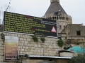 Musulmaņu vēstījums kristiešiem. Aiz mūra atrodas Pavēstīšanas bazilika, Nācerete.