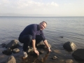 Normunds smeļ ūdeni no Galilejas jūras Tabgā