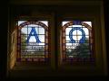 Vakara saule caur Rofatas dievnama logu. Vitrāžas darinājusi Ilga Dripe.