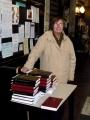 Londonā permindere Dace Pavasars pasniedz Dziesmu grāmatas un dievkalpojuma kārtības lapiņas