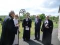 Garīdznieki pirms kapu svētku dievkalpojuma: Arch. Elmārs Ernsts Rozītis, māc. Elīza Zikmane, prāvests Andris Abakuks, prāvests emeritus Juris Jurģis, māc. Viesturs Vāvere