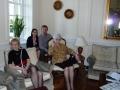 Vakarēšana pēc Sinodes. No kresās pirmajā rindā: Una Torstere un Ilona Birzgale, otrajā rindā: Sandra un Didzis Mucenieki